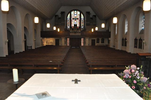 Blick auf die Orgelempore vor den Arbeiten.