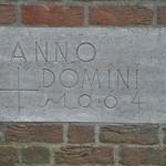 Der Stein erinnert an die Kirchengründung.