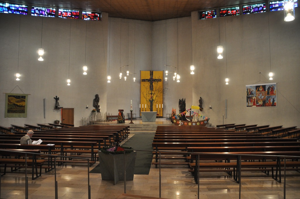 Alle Blicke richten sich  wie von selbst  auf den Altar als Mittelpunkt.