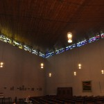 Lichtbänder, von Beton unterbrochen, umrahmen das Kirchenschiff.