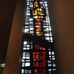 Neben dem Altar leuchtet  ein senkrechtes Llichtband.