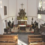 Der Chorraum beeindruckt durch den reich verzierten Hochaltar.