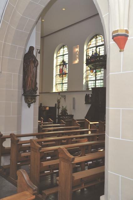 Wuchtige Säulen prägen das Kirchenschiff.