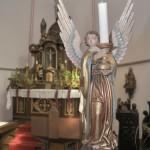 Leuchterengel vor dem Altar.