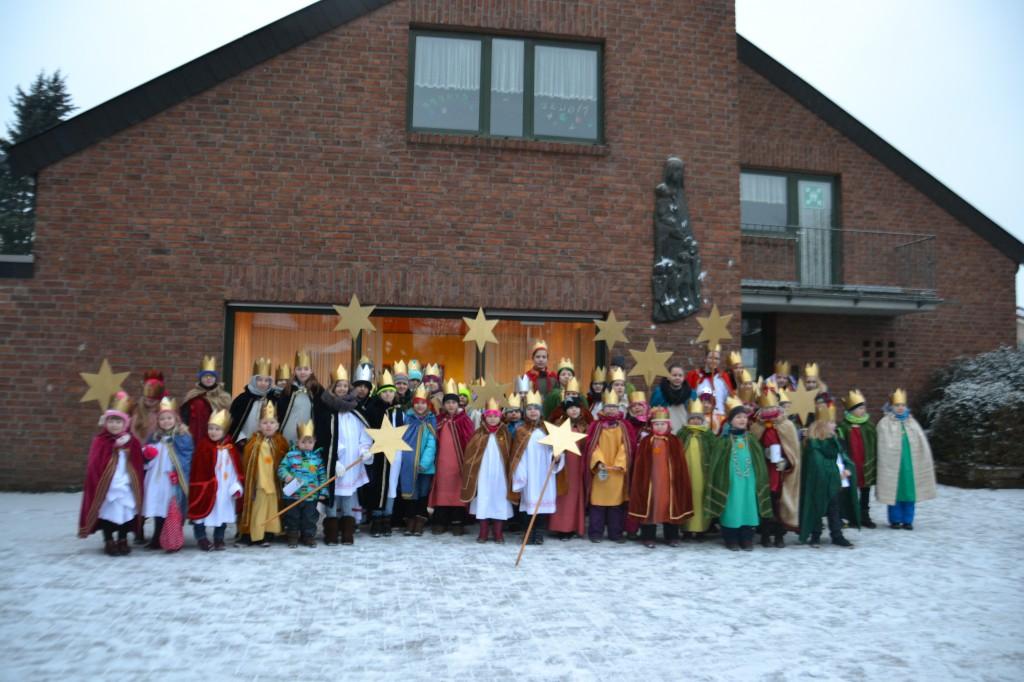 60 Kinder waren in St. Maria Himmelfahrt in Hamminkeln als kleine Könige unterwegs, um für Kinderhilfsprojekte zu sammeln.