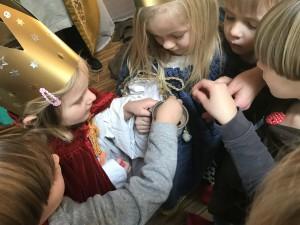 Die Kindergarten-Kinder in der Arche Noah werfen ihre Münze in die Spendendose