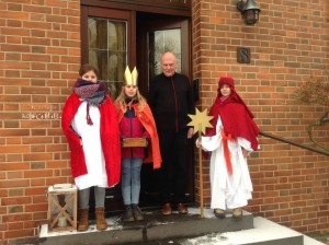 Pastor Franz-Josef Pail bekommt Besuch von den Sternsingern Malene Fundermann, Laura Ingenhorst (evangelisch aus Wertherbruch, zum 4. Mal dabei) und Julia Schlütter (ebenfalls aus Wertherbruch, zum 1. Mal dabei).